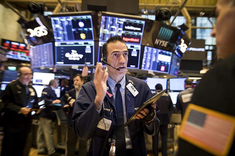 Доллар и евро упали на открытии торгов