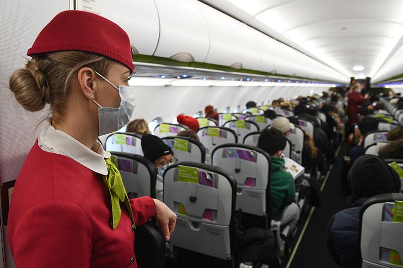 Бортпроводница в салоне самолета