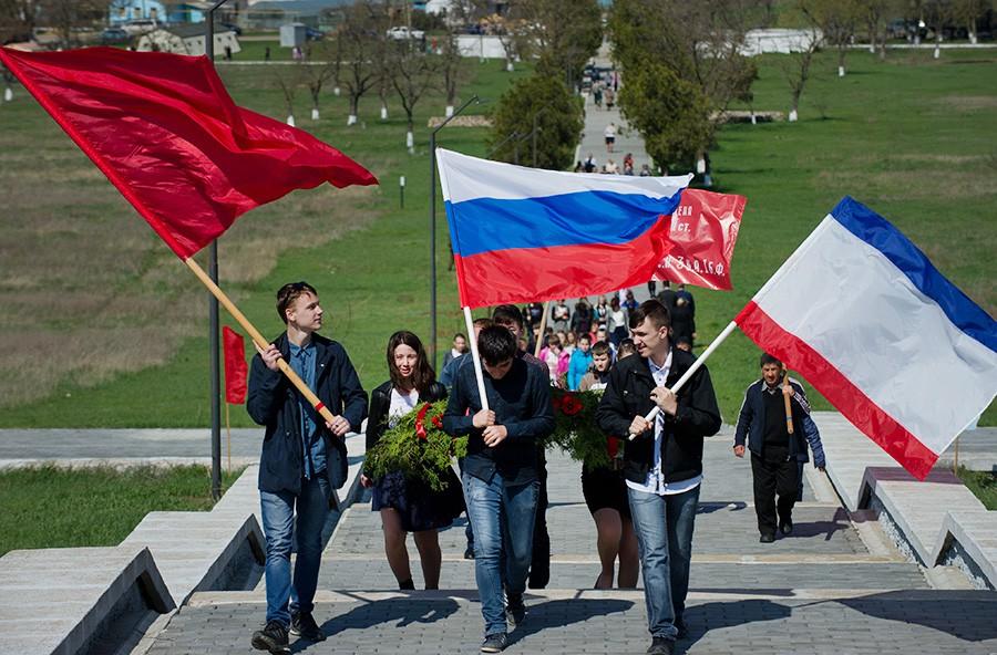 Жители Крыма несут флаги