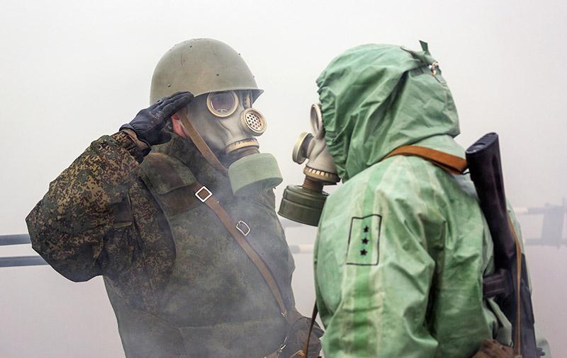 Специалисты в костюмах биозащиты