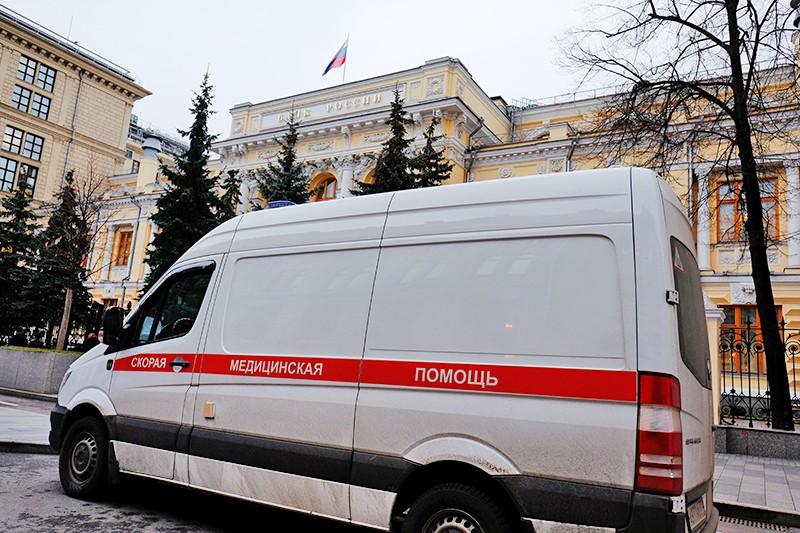 Автомобиль скорой помощи у здания Центрального банка Росси