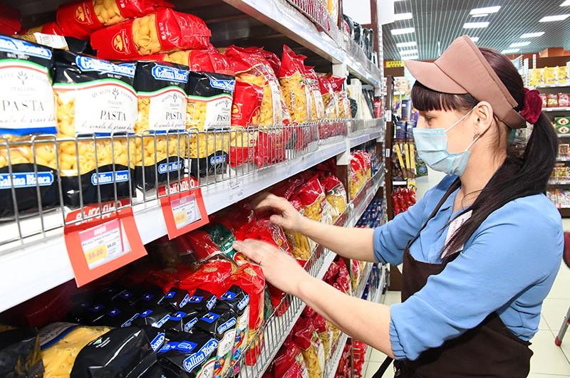 Сотрудница супермаркета в медицинских масках