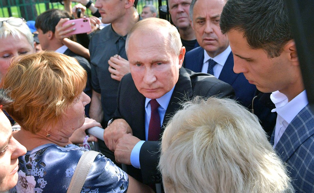 Владимир Путин общается с жителями