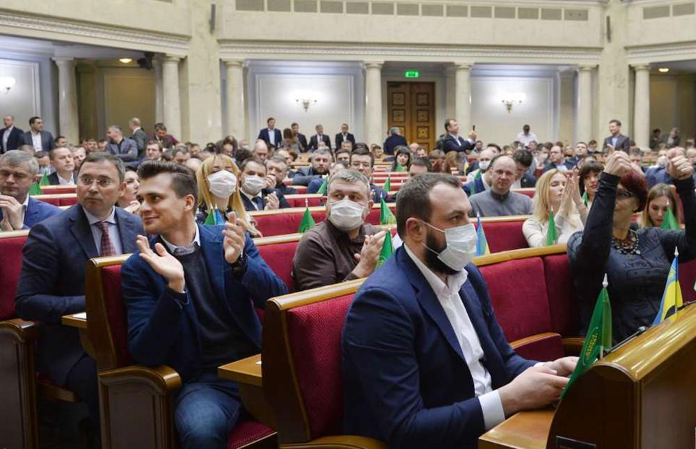 Депутаты Верховной Рады Украины в медицинских масках