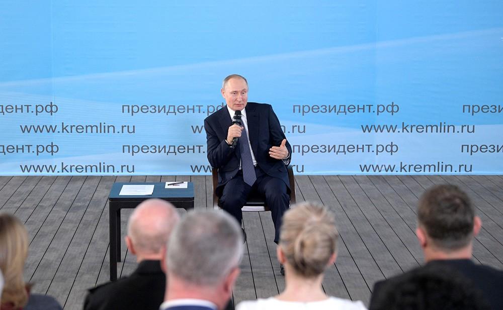 Владимир Путин на встрече с представителями общественности Крыма и Севастополя
