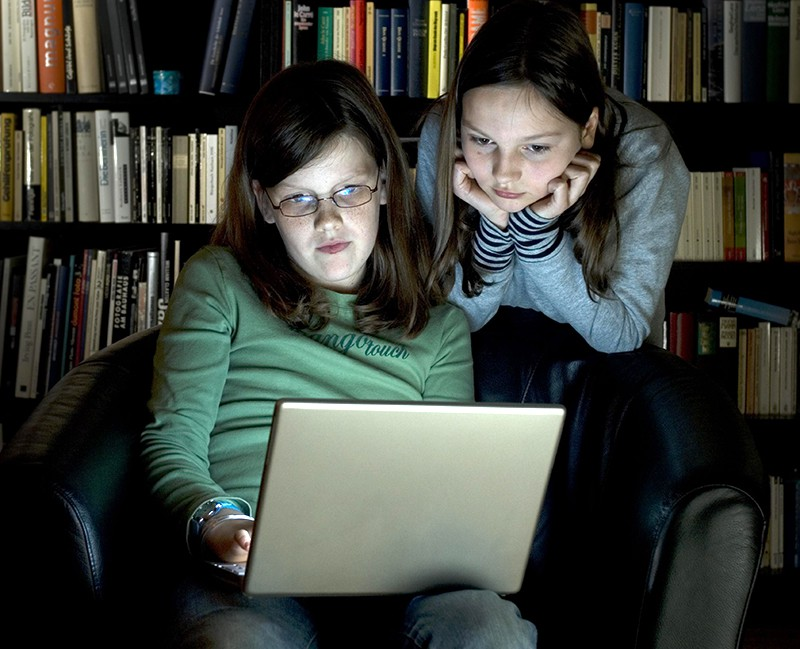 Подростки за ноутбуком
