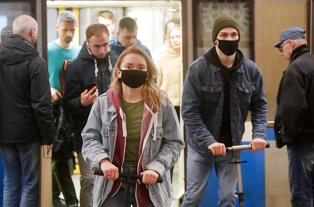 Пассажиры в защитных масках в метро