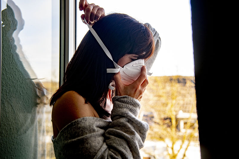 Женщина в защитной маске