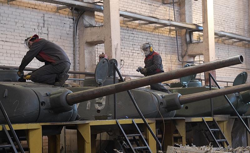 Рабочие восстанавливают башни танков Т-34-85 на 61-ом бронетанковом ремонтном заводе в Санкт-Петербурге