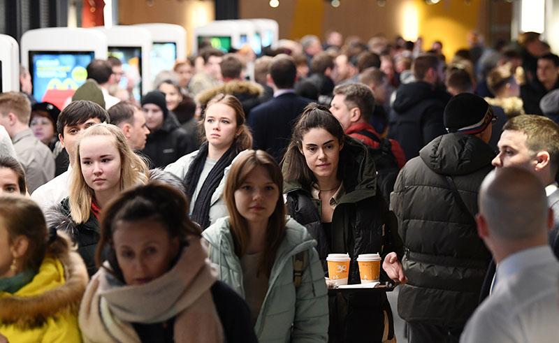 Посетители ресторана McDonalds на Пушкинской площади