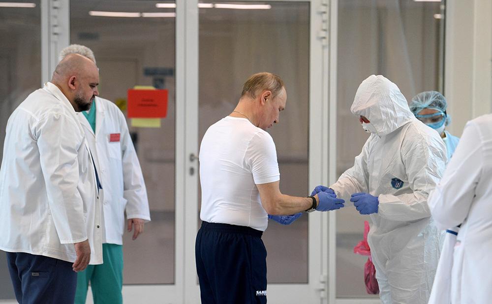Владимир Путин во время посещения больницы, предназначенной для пациентов с подозрением на коронавирус