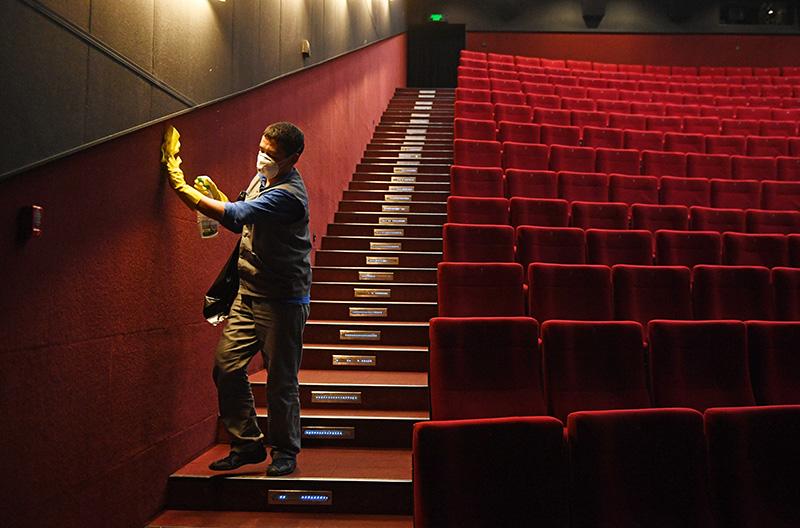Санитарная обработка зала кинотеатра