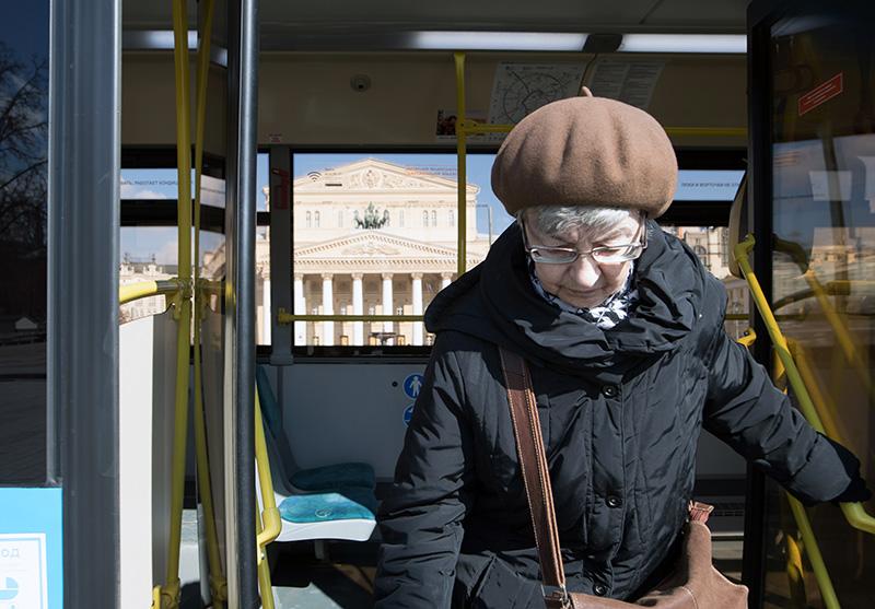 Пенсионер выходит из автобуса