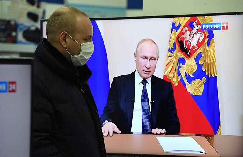 Владимир Путин во время обращения к гражданам из-за ситуации с угрозой распространения коронавирусной инфекциид