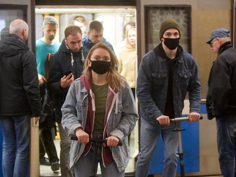 Жители Москвы в защитных масках