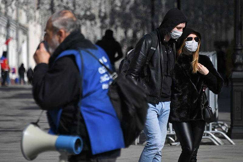 Прохожие в защитных масках
