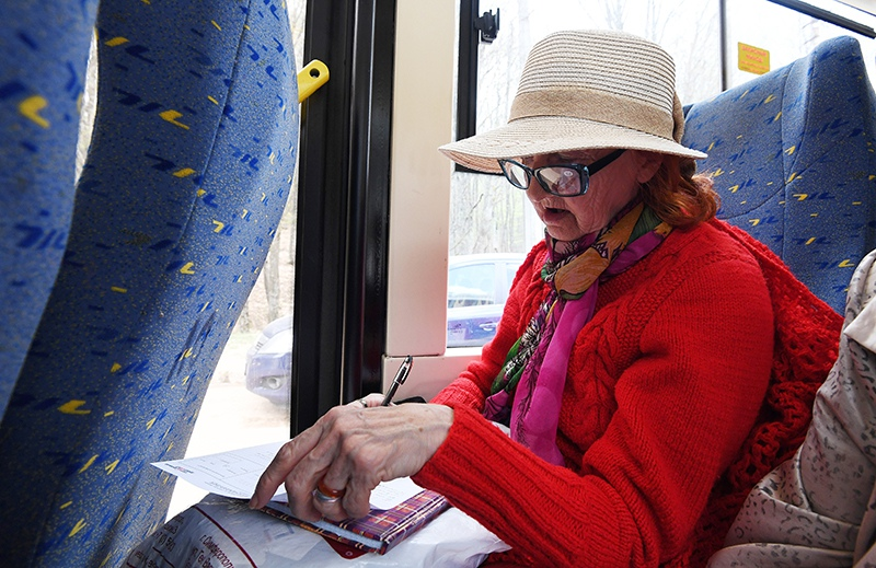 Пожилая женщина в автобусе