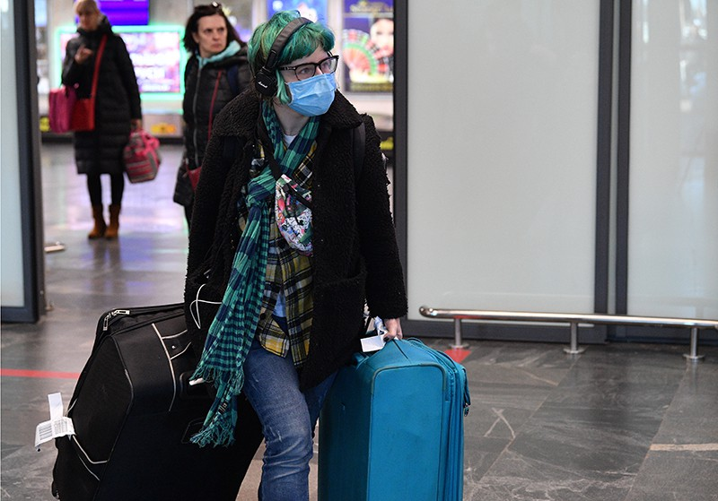 Пассажир в защитной маске