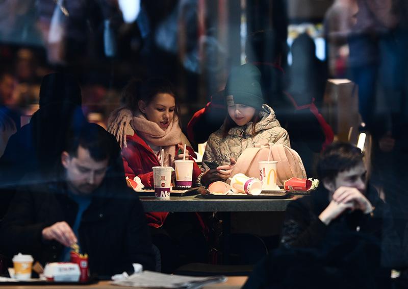 Посетители ресторана McDonalds