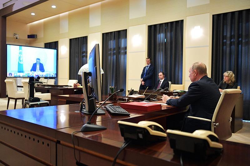 Владимир Путин во время участия в саммите лидеров G20 по коронавирусу в режиме видеоконференции