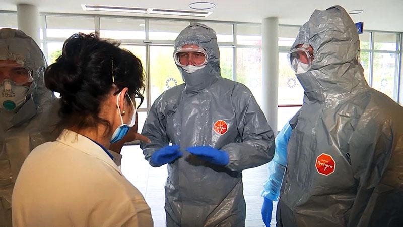 Российские военные специалисты в костюмах бактериологической защиты осматривают лечебное учреждение в Бергамо