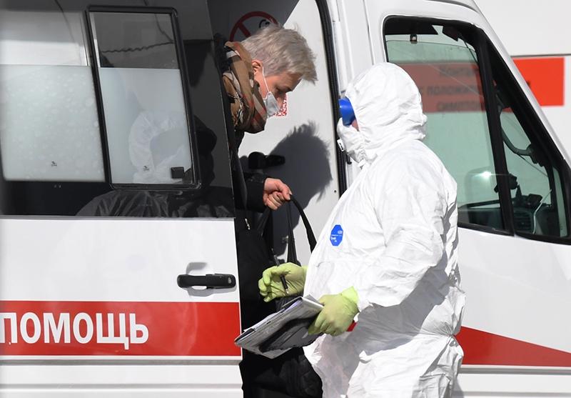 Бригада скорой медицинской помощи доставила пациента с подозрением на коронавирус в больницу в Коммунарке