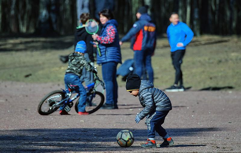Дети с родителями гуляют в парке
