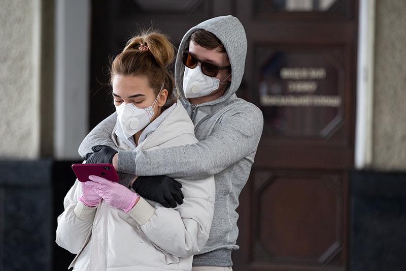 Молодые люди в защитных масках