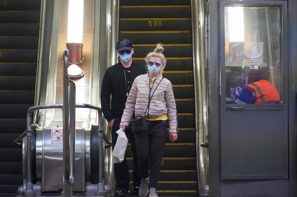 Пассажиры в медицинских масках в метро