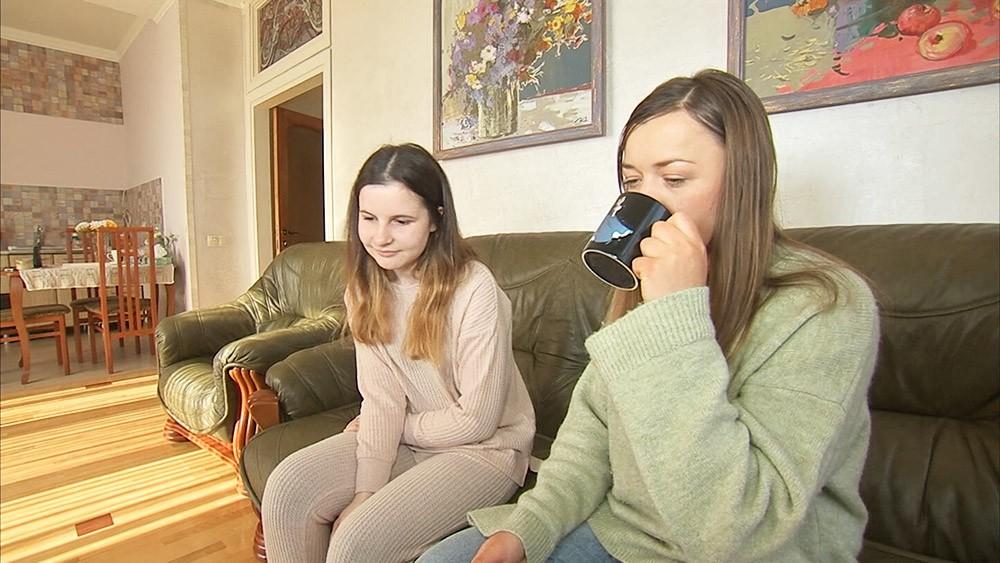 Девушки смотрят виртуальный тур по Крыму