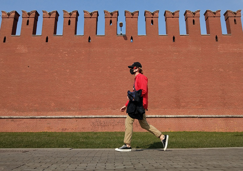 Мужчина в медицинской маске на фоне Кремля