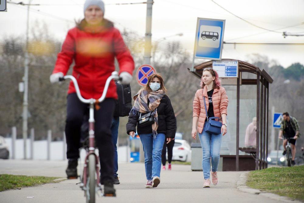 Люди гуляют в медицинских масках