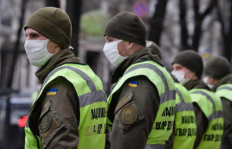 Сотрудники Национальная гвардии Украины в медицинских масках
