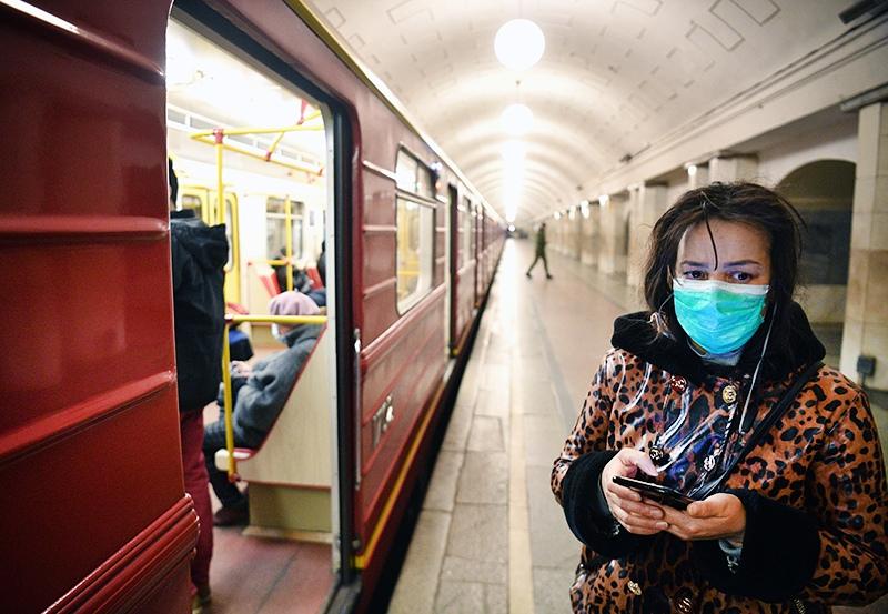 Женщина в медицинской маске в метро
