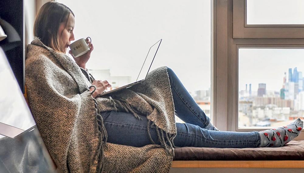 Девушка с ноутбуком дома