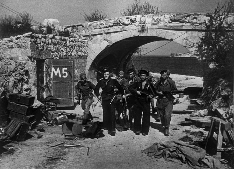 Подразделение морских пехотинцев возвращается в освобожденный Севастополь