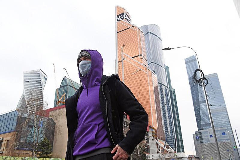 Мужчина в медицинской маске в Москве