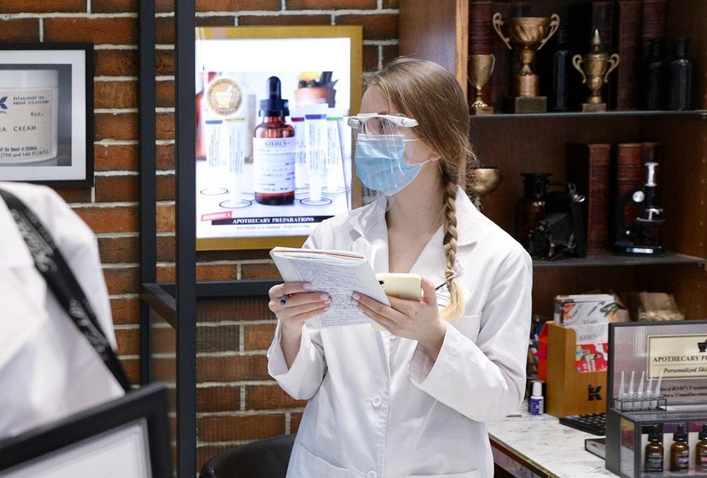 Девушка в маске в магазине оптики