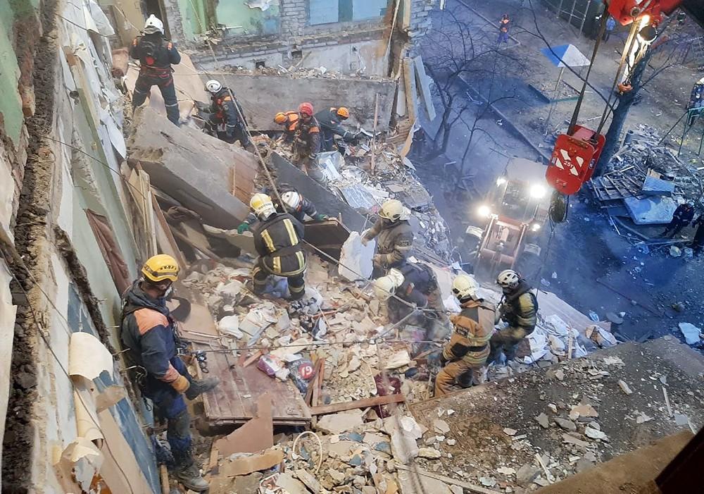 Спасатели работают на месте обрушения в жилом доме
