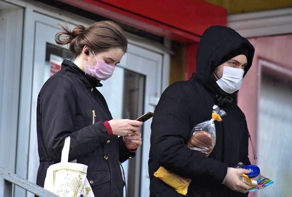Люди в медицинских масках у супермаркета