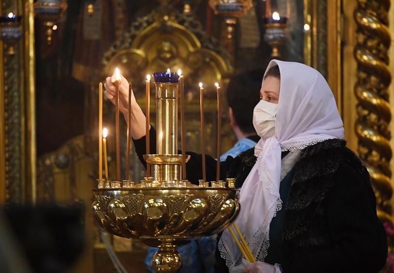 Верующая в храме