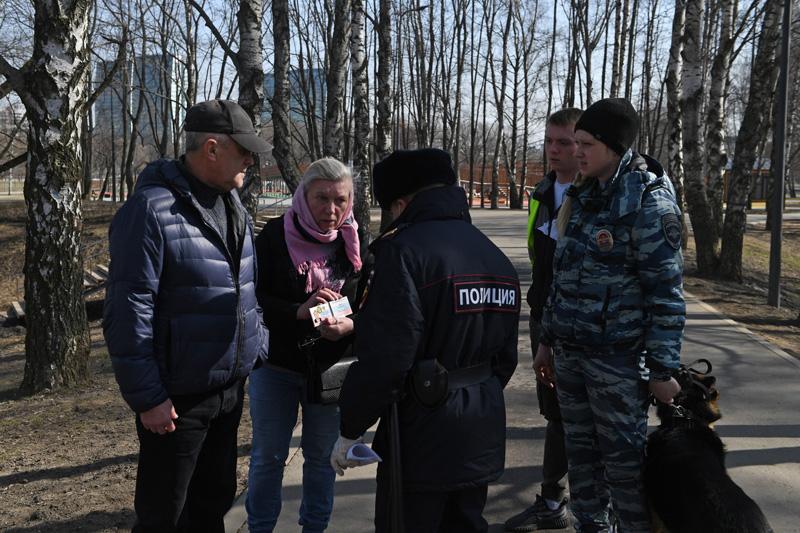 Сотрудники полиции проверяют документы у прохожих в Москве