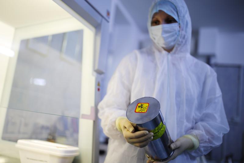Сотрудница микробиологической лаборатории