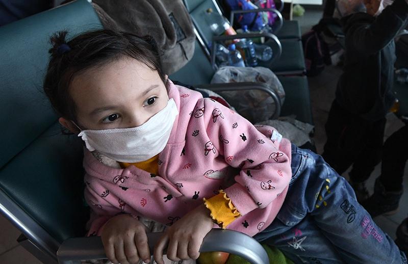 Ребенок в маске