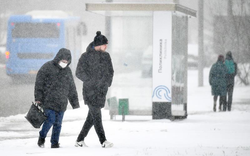 Прохожие во время снегопада