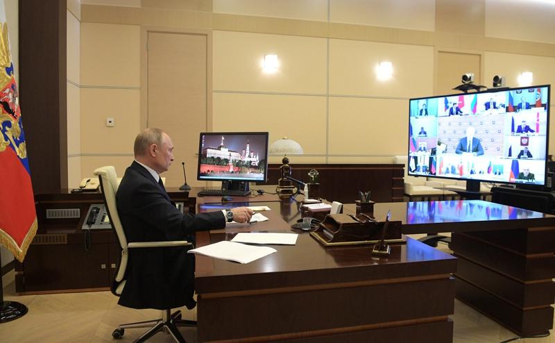 Владимир Путин проводит в режиме видеоконференции совещание с руководителями субъектов России