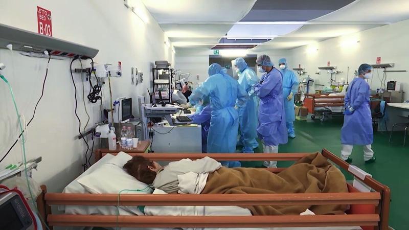 Работа российских военных врачей и итальянских врачей в полевом госпитале Бергамо