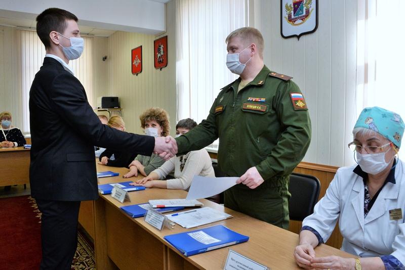Призывник во время прохождения военно-врачебной комиссии