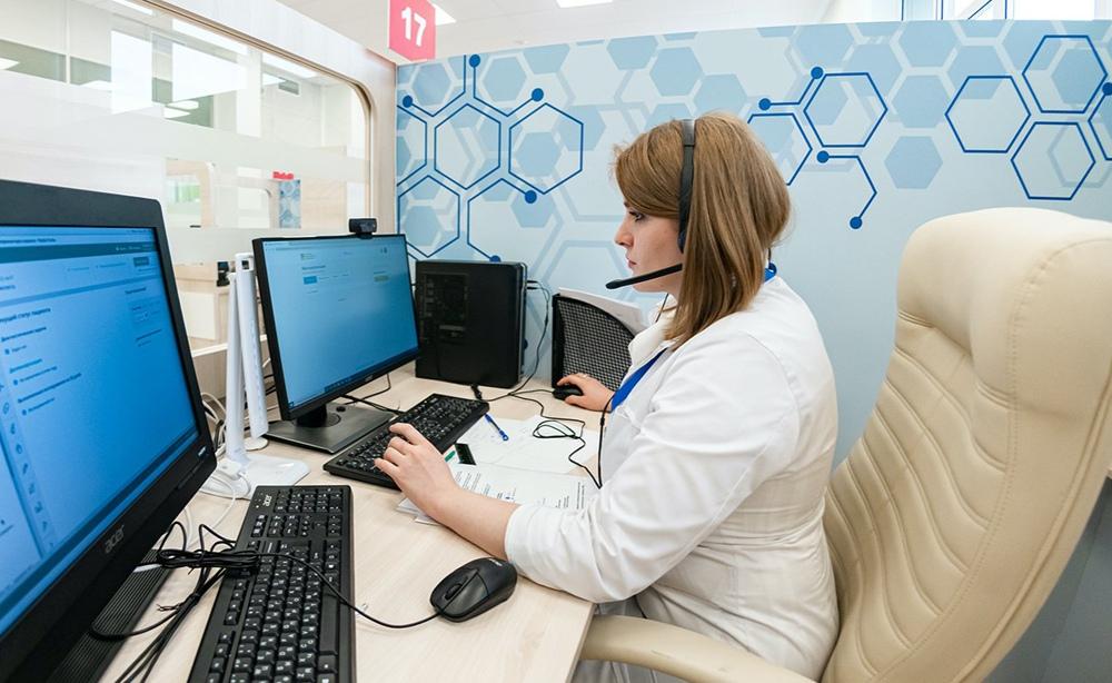 Медик отвечает на вопросы пациента и дает рекомендации по лечению