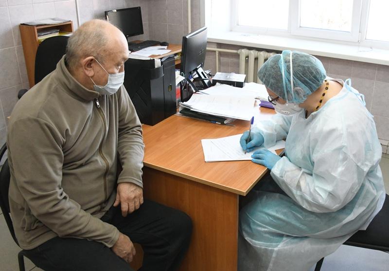 Мужчина перед началом тестирования на коронавирус нового типа